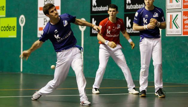 José Javier Zabaleta golpea a una pelota durante el partido en el Astelena