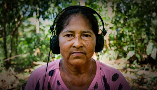 Una de las habitantes de Tauary, en el Amazonas, escuchando los sonidos de la selva para la película Curupira, criatura del bosque.