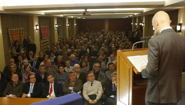 Cerca de 200 pesonas asistieron a la conferencia. En segunda fila, a la derecha, Eugenio Arraiza, consejero de Diario de Navarra, impulsor junto al Think Tank Civismo del ciclo 'Navarra en Libertad'