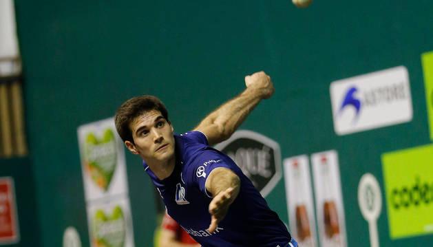 José Javier Zabaleta golpea a una pelota en el Astelena.