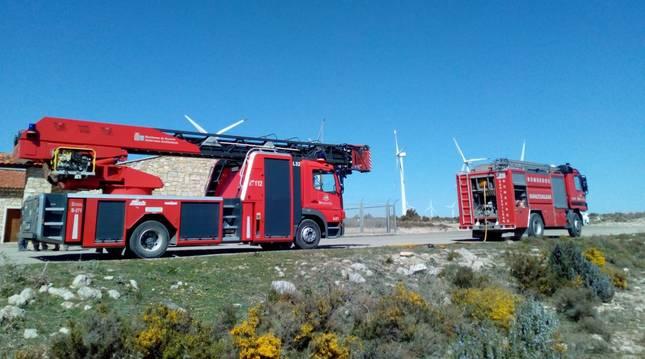Efectivos de bomberos, en el parque eólico de Fustiñana.