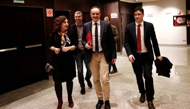 El presidente de UPN Javier Esparza (c) acompañado por la secretaria general del partido Yolanda Ibañez (i) y el vicepresidente Oscar Arizcurren (d), al termino de la reunión que ha mantenido esta tarde la Ejecutiva del partido para analizar el principio de acuerdo con Ciudadanos.