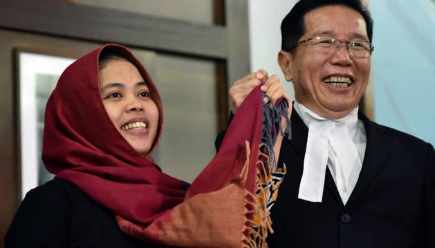 La indonesia Siti Aisyah atiende a los medios tras ser puesta en libertad.