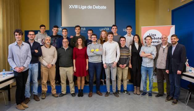 Foto de grupo de los equipos participantes, con el jurado.