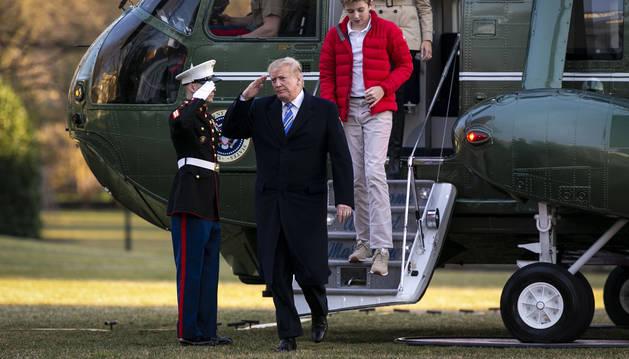 Donald Trump, su hijo Barron Trump y Melania Trump descienden del helicóptero