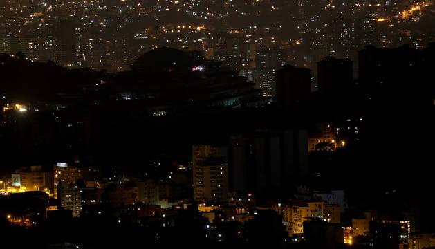 Vista parcial de uno de los barrios de Caracas afectados por la falta de suministro eléctrico con zonas todavía a oscuras.