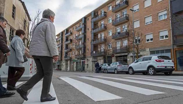 CALLE ARIETA. En esta calle del Sector B se estrenará el primer paso de cebra asimétrico de la ciudad. La denominada línea de detención, que se aprecia en la imagen, se adelantarán varios metros en varios sentidos para que los coches paren antes de alcanzar el lugar de paso.
