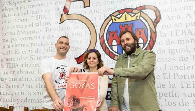 De izda. a dcha. los padres de Izan, Enrique Munilla y Mayra Gil, y el presidente de La Teba, Sergio Iturre.