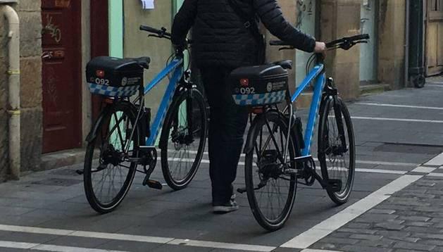 Momento en el que las bicicletas son retiradas tras la presentación oficial celebrada en la Plaza Consistorial el pasado 1 de marzo.