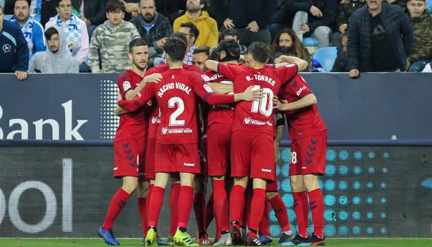 Los jugadores de Osasuna se abrazan tras el golazo que marcó Rubén García y que significaba el empate en La Rosaleda.