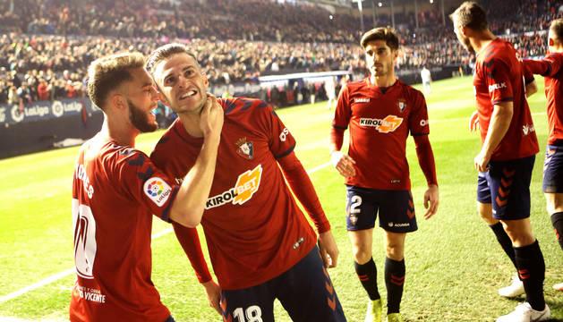 Juan Villar celebra su gol al Zaragoza junto a Roberto Torres, que puso el centro.