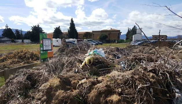 Ecozona clausurada de Sangüesa, junto al Yamaguchi, pero llena de residuos, el pasado domingo.