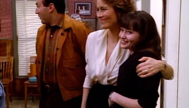 La madre de Brenda, junto a Brenda y su padre, personajes de 'Sensación de Vivir'.