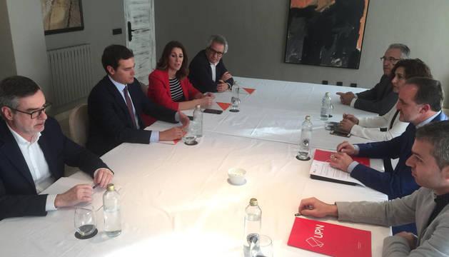 Los representantes de UPN y Ciudadanos, con Esparza y Rivera a la cabeza, durante la firma del acuerdo.