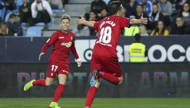 Juan Villar corre con los brazos abiertos tras marcar el 1-2.