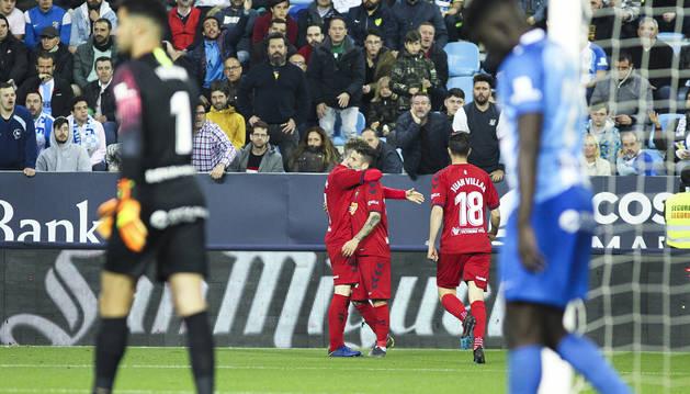 N'Diaye y Munir, en primer término, se lamentan del gol de Rubén García celebrado por los rojillos al fondo