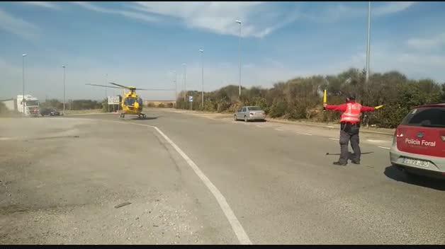 Helicóptero trasladando al herido en la N-121, en Caparroso