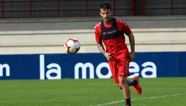 Rubén García mira atentamente la pelota en la sesión que tuvo lugar este martes por la tarde en Tajonar.
