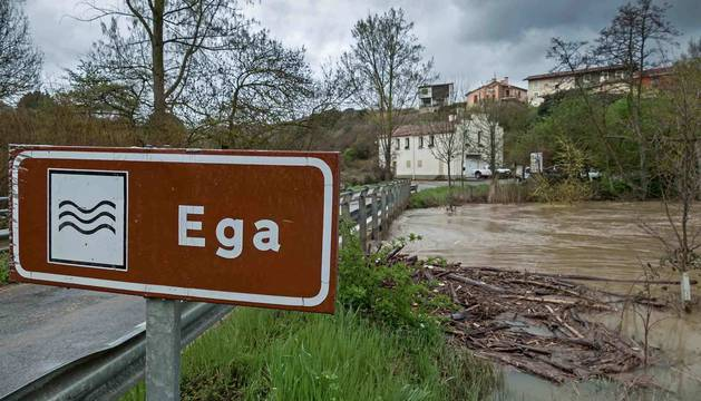 Uno de los rótulos que señalizan el río Ega, en este caso en el puente de Arbeiza.