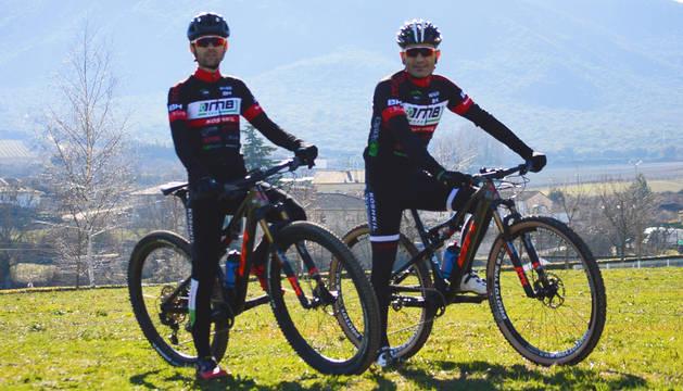 Los bikers de Tierra Estella Íñigo Labat Yanguas y Txuma Andueza San Martín.