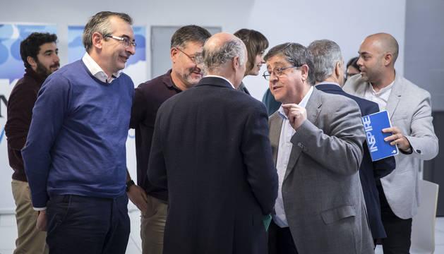 Sergio Gómez, Juan Luis García y Pedro Rascón (Herrikoa), conversan con Manuel Martín (de espaldas).