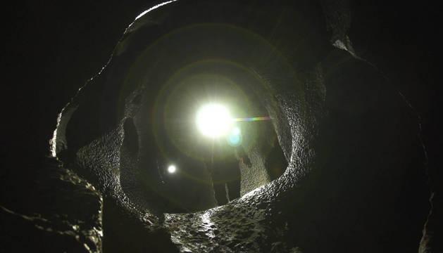 Los espeleólogos entran en la cueva Ojo guareña, en la provincia de Burgos, en la película del mismo título de Edurne Rubio.