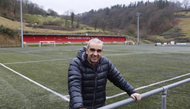 Jaime Seín, presidente del Doneztebe, en el campo del club, que fue inaugurado en 2011 gracias a su lucha.