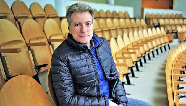 Rafa Echeverría, ex gerente de Asegarce, ayer en la grada superior del frontón Labrit de Pamplona.