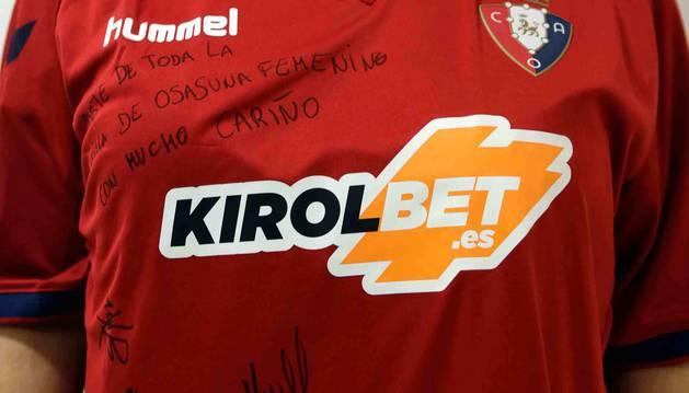 Camiseta del equipo masculino, con el logo de Kirolbet, firmada por las componentes de Osasuna Femenino.