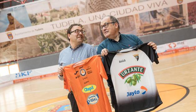 El presidente del Tudelano, Jesús Miranda, y el del Aspil, Alberto Ramírez, posan con la camiseta del otro club en el Polideportivo Ciudad de Tudela.