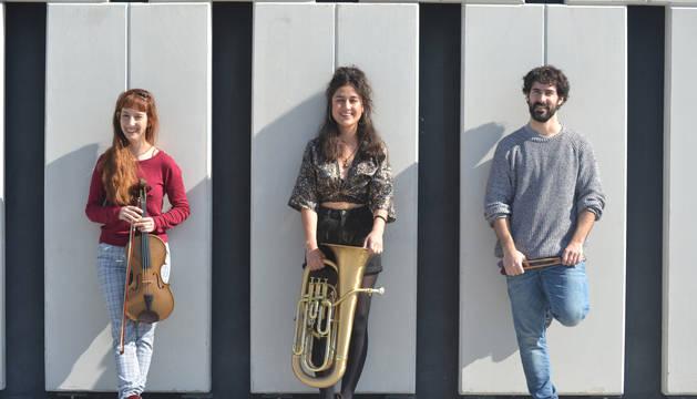 De izda. a dcha..Cynthia Nieves (viola), Daniela Sagastibelza (bombardino) e Iker Idoate (percusión).