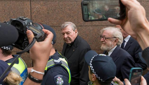 El cardenal George Pell a su llegada a la corte donde se dictó la sentencia de prisión.