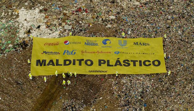 Pancarta gigante desplegada por activistas de Greenpeace.