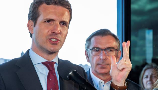 Pablo Casado, acompañado por el presidente del PP en Aragón, Luis María Beamonte.