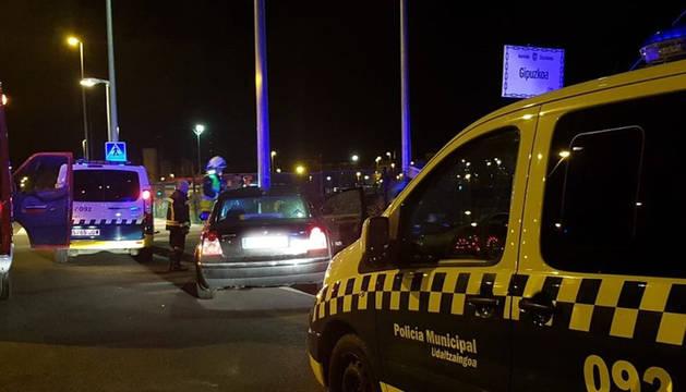 Agentes de Policía Municipal atienden la colisión del vehículo contra una farola en la Avenida de Gipuzkoa.