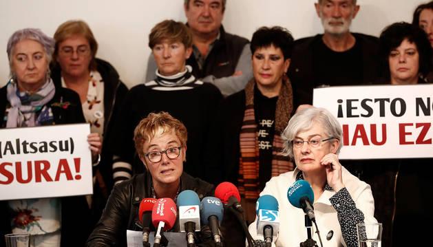 Bel Pozueta (izda.), en un rueda de prensa que dieron los familiares de los condenados por caso de Alsasua el pasado sábado.