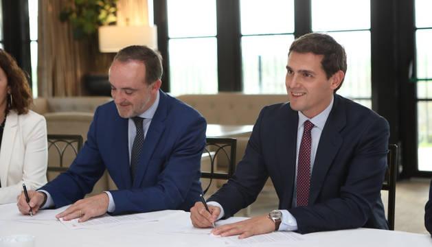 Esparza y Rivera, durante la firma del acuerdo.