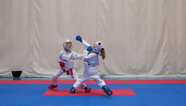 Dos de las karatecas participantes en el Campeonato Navarro de este pasado domingo  en Huarte, en pleno combate vigilados atentamente por los árbitros. En total tomaron parte 83 deportistas en esta cita.