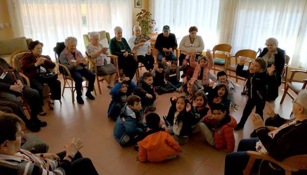 Alumnado de 2º de Educación de Infantil durante una de sus visitas. Su presencia en el centro alegra a los mayores allí residentes.