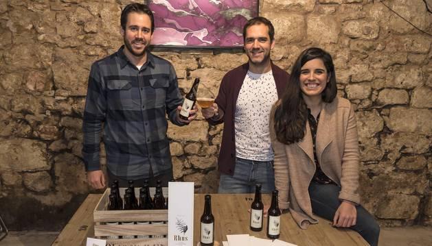 Eduardo Azcona, Sergio Alén y Uxua Domblas son las tres personas detrás de la idea de Rhus Beer, que ya se vende en Estella.