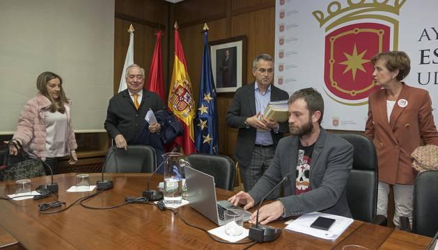 Los regionalistas salen de la sala una vez terminada una sesión a la que por distintas causas faltaron ayer los ediles Javier López, Yolanda Alén y Ricardo Gómez de Segura.