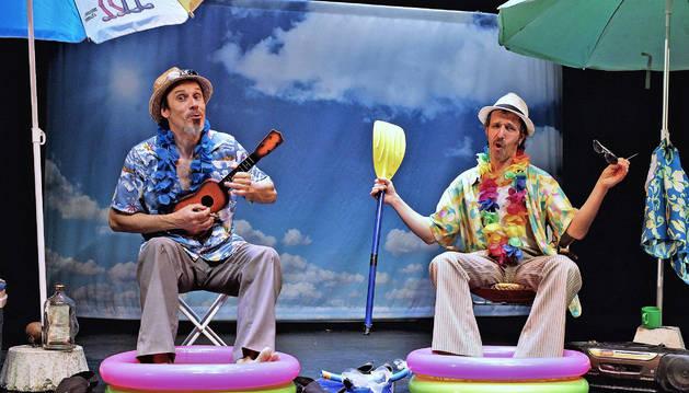 Ion Barbarin (izq.) y Txori García Uriz, caracterizados como los personajes que interpretan en Amico on the beach.