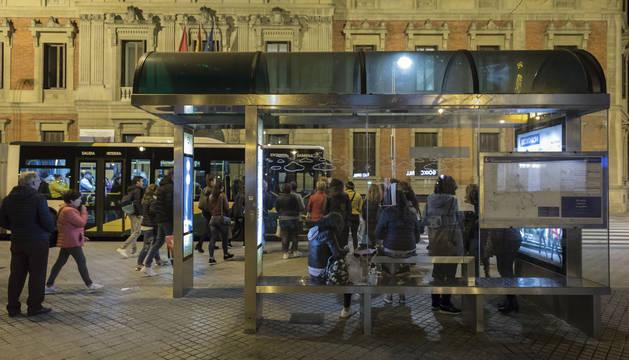 Foto de pasajeros en una parada del transporte urbano comarcal en el paseo de Sarasate de Pamplona.
