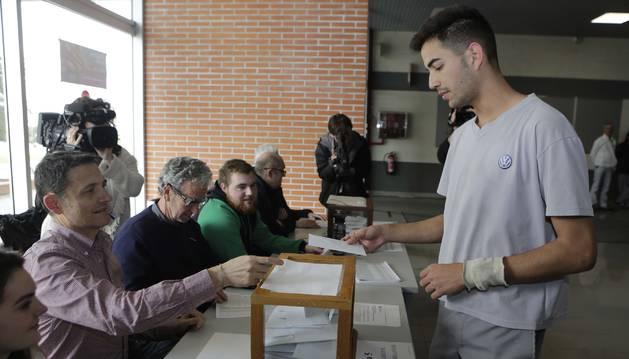 Foto de las elecciones sindicales en la planta de Volkswagen Navarra.
