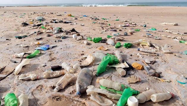 foto de Residuos de plásticos en una playa