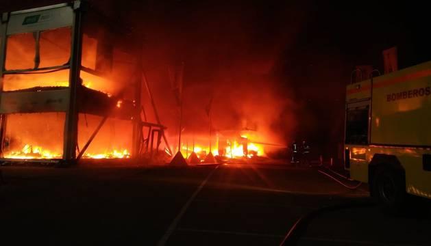 Fotografía facilitada por el consorcio provincial de Bomberos donde se puede ver el incendio producido esta pasada madrugada en la carpa en la que se encontraban las 23 motos de competición en el Circuito de Jerez.