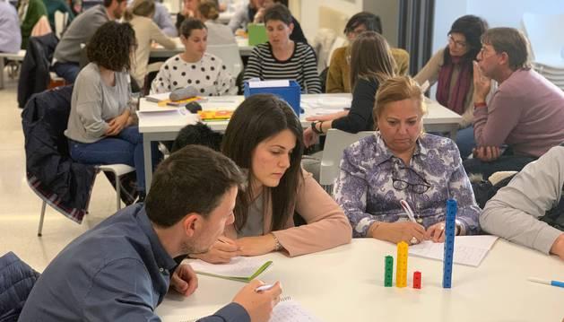 Cincuenta profesores de 15 colegios participaron en Miravalles-El Redín en el taller de Matemáticas Singapur.
