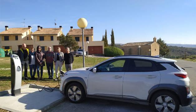 Se ha instalado un punto de recarga de vehículos eléctricos -gratuito- junto al campo de fútbol.