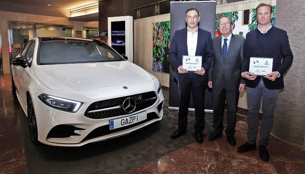 José Antonio Hidalgo, gerente de Gazpi, Virgilio Sagüés, presidente del Grupo La Información, y Javier Erroz (delegado Mercedes-Benz).
