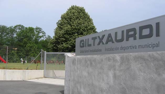 Acceso a las instalaciones deportivas de Giltxaurdi, situadas en Elizondo.